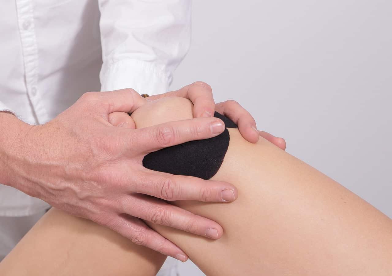 Comment mettre une attelle genou ?