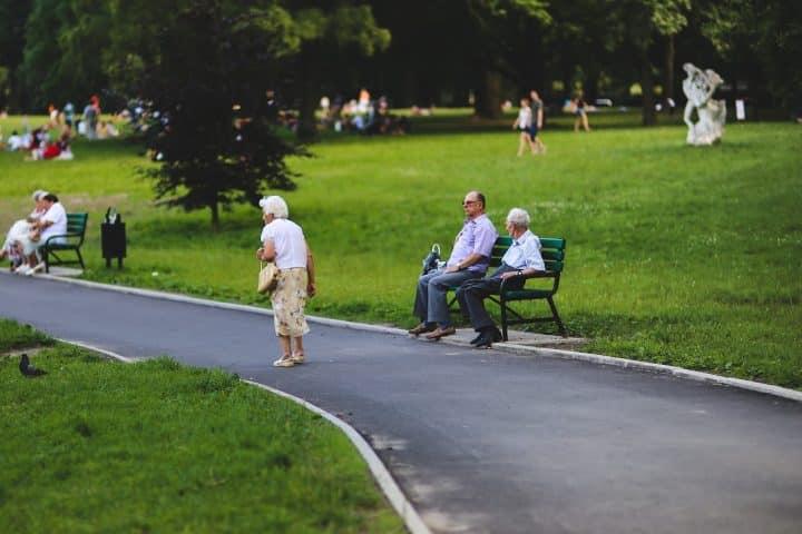 Ehpad ou infirmière à domicile : quelle est la meilleure solution pour vos proches vieillissants ?